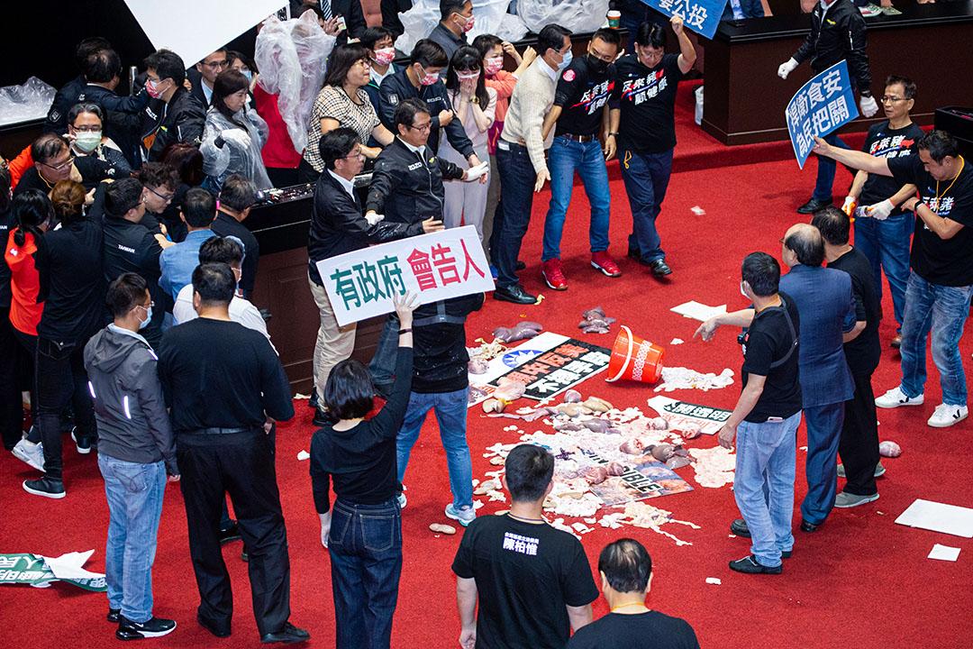 2020年11月27日,國民黨立委於立法院丟擲豬內臟抗議。