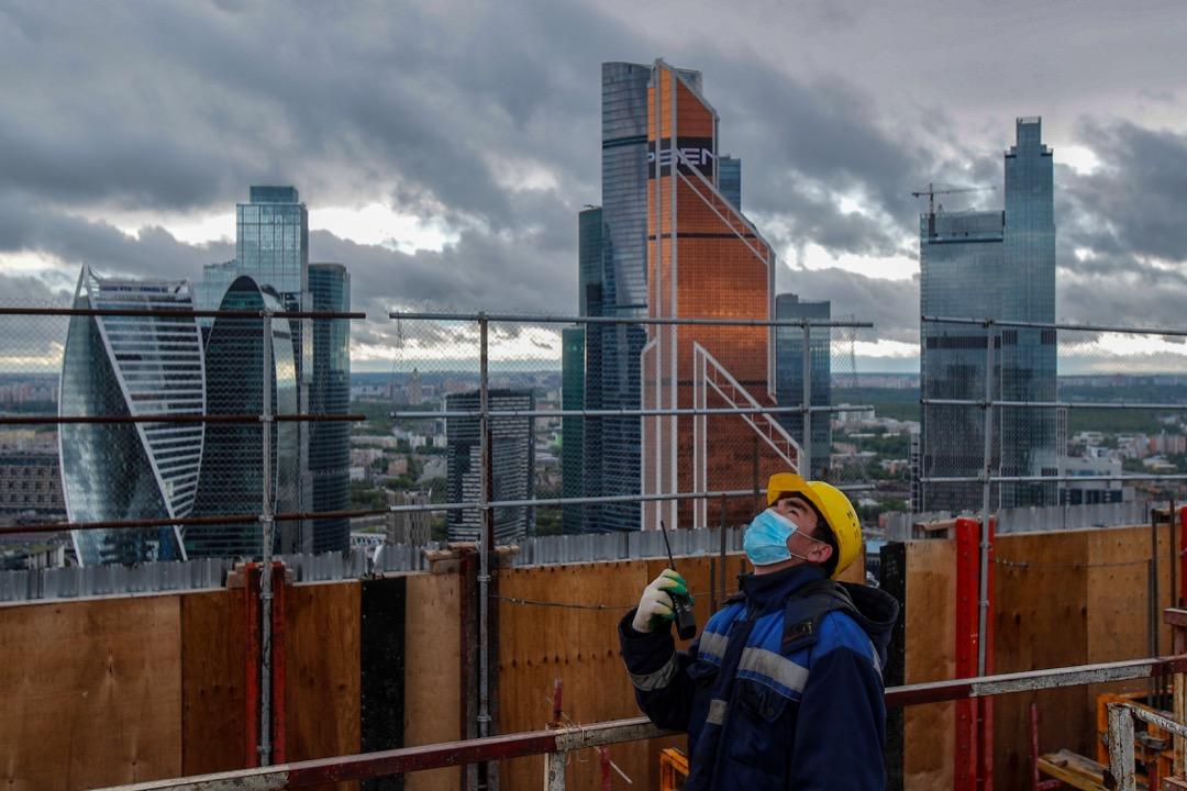 2020年5月18日,俄羅斯首都莫斯科,一名工人在一個摩天大樓住宅項目的建築地盤上。