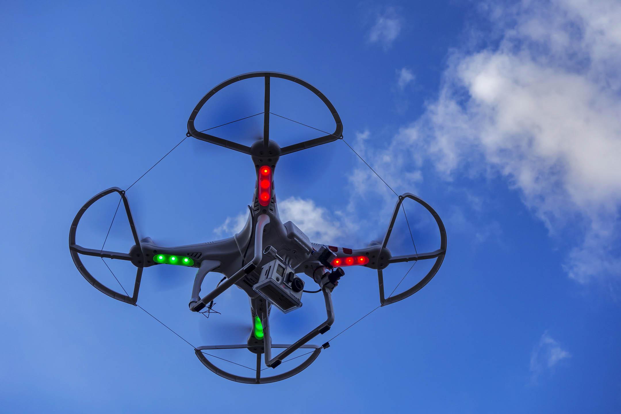 配備相機的無人機在飛行中。