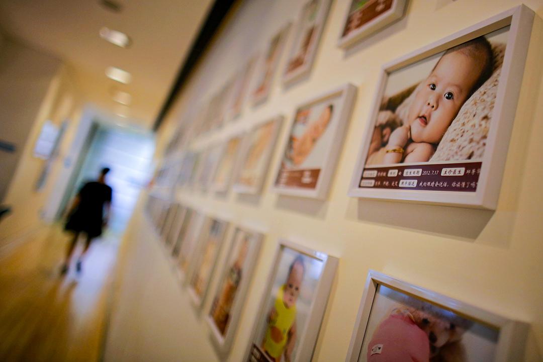 2014年9月12日,一名孕婦到達上海一家診所約見醫生。 攝:Carlos Barria/Reuters/達志影像