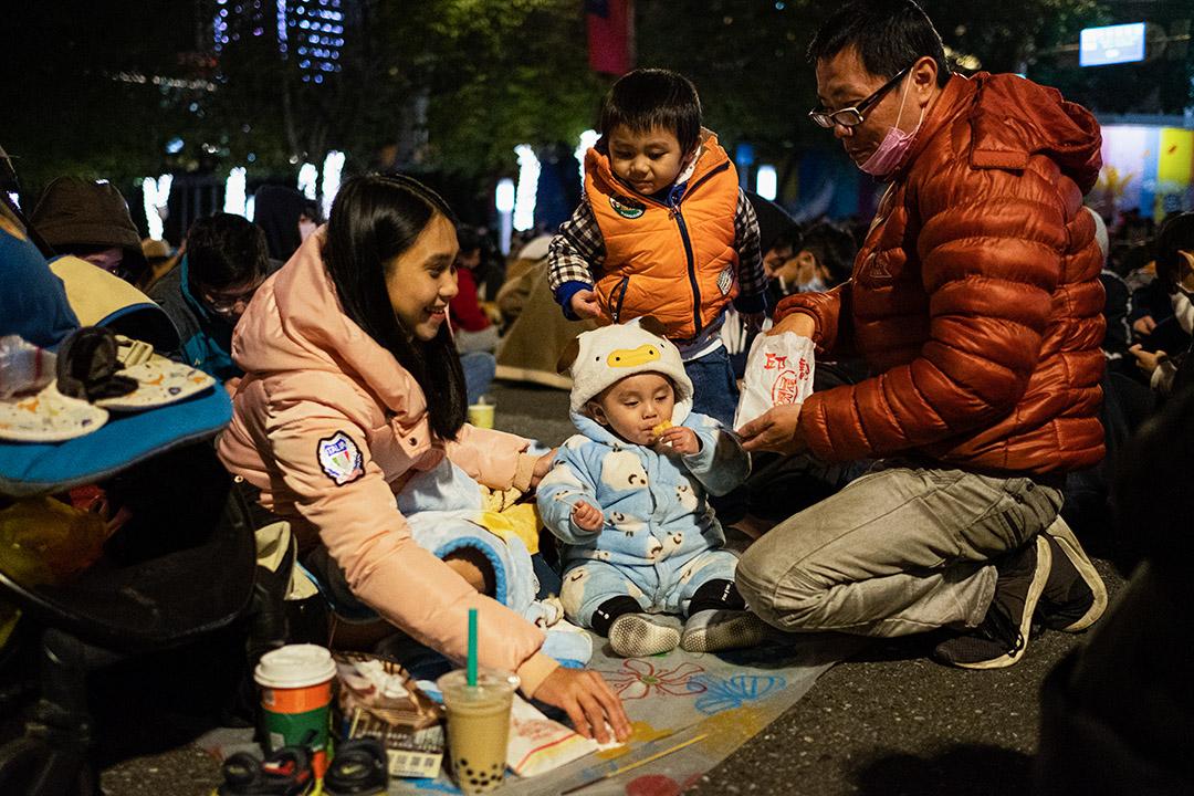 2020年12月31日,台北101大樓跨年煙火,市民等待倒數。