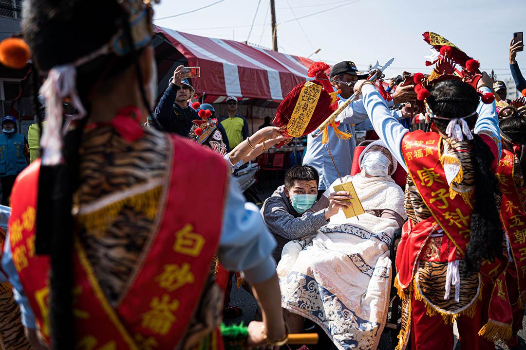 一名病重的婦女,被親友帶到祭典現場,盼望能獲神明庇佑、得以康復。
