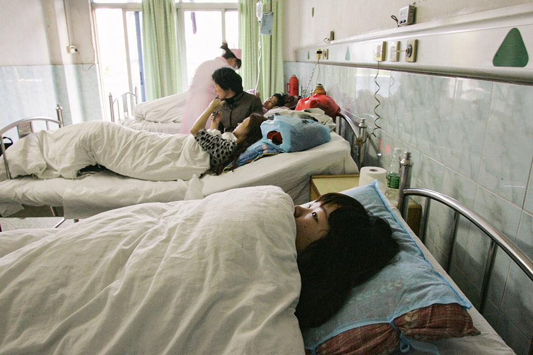 2009年2月28日,一位年輕的中國代孕母親在廣州市的醫院產科病房。