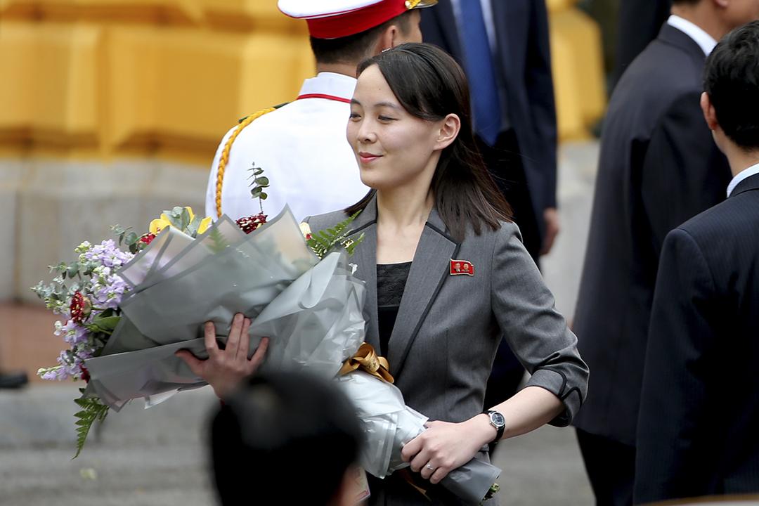 2021年1月12日,剛剛在勞動黨「八大」被降職為副部長的金與正再度發表批評南韓的講話。圖為2019年3月1日,金與正隨同胞兄金正恩在越南出席朝美峰會。 攝:Luong Thai Linh / Pool via Bloomberg