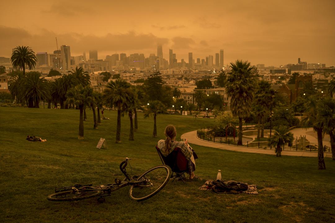 2020年9月9日,美國加州舊金山空氣質量極差,一個人坐在德洛雷斯公園乘涼。 攝:David Paul Morris/Bloomberg via Getty Images