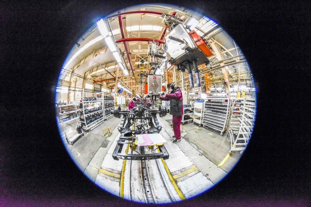 2021年1月18日,工人在山東青州市的一家汽車製造商的生產線上工作。
