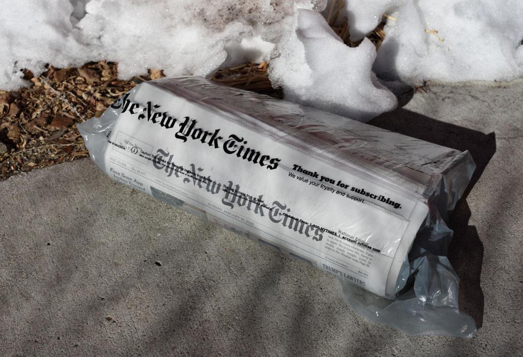一份《紐約時報》郵寄到美國新墨西哥州聖達菲的車道上。