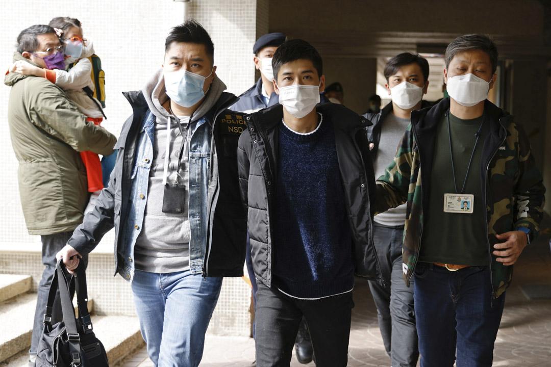 2021年1月6日,至少53名民主派初選協調人、參與者被捕,被指違國安法「顛覆國家政權罪」,其中岑敖暉在荃灣被警員帶走。 攝:Tyrone Siu/Reuters/達志影像