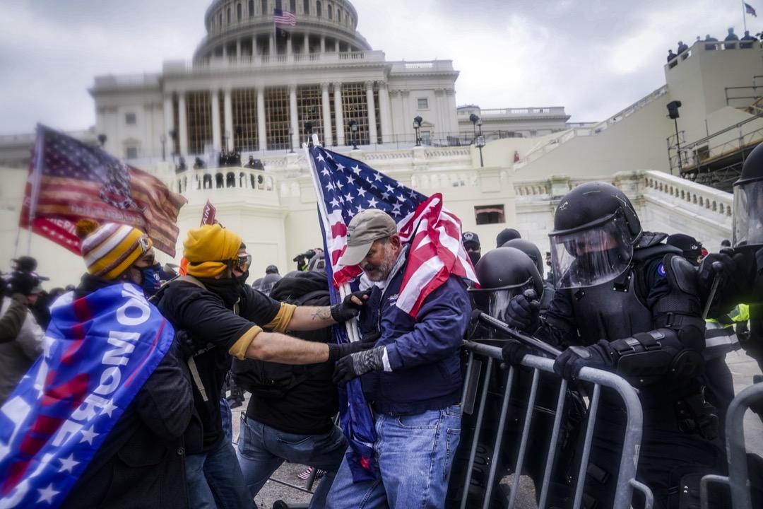 2021年1月6日,美國華盛頓特區,特朗普的支持者嘗試衝進國會大樓。 攝:John Minchillo/AP/達志影像