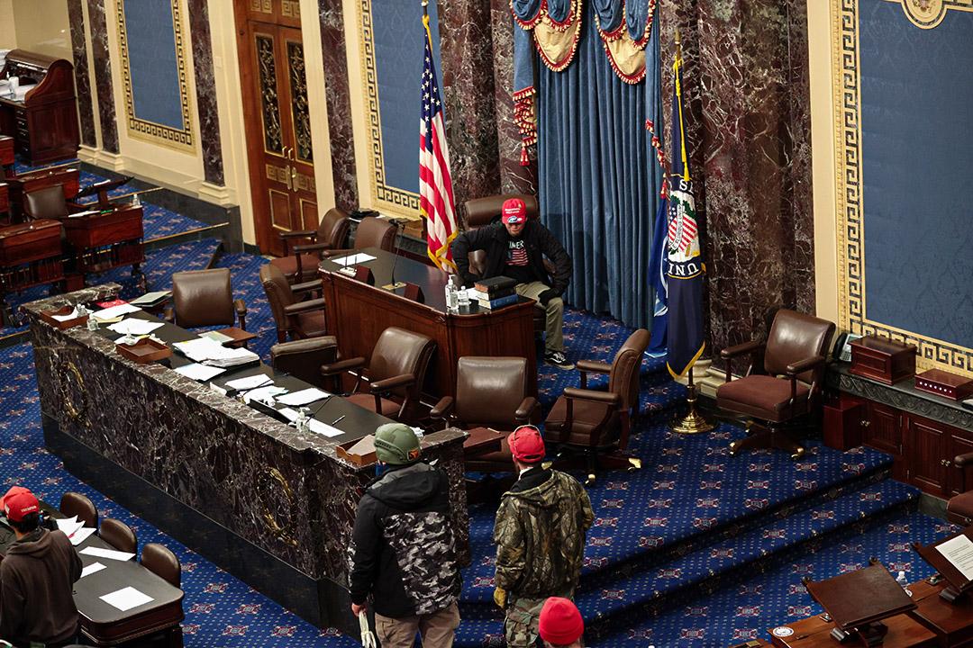 2021年1月6日華盛頓,親特朗普示的威者進入參議院。