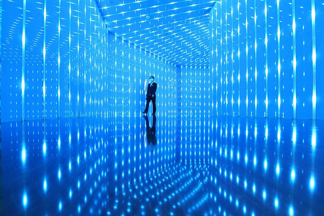 2020年10月21日重慶,一名員工走在新型數字交通物聯網大數據服務平台的展廳。