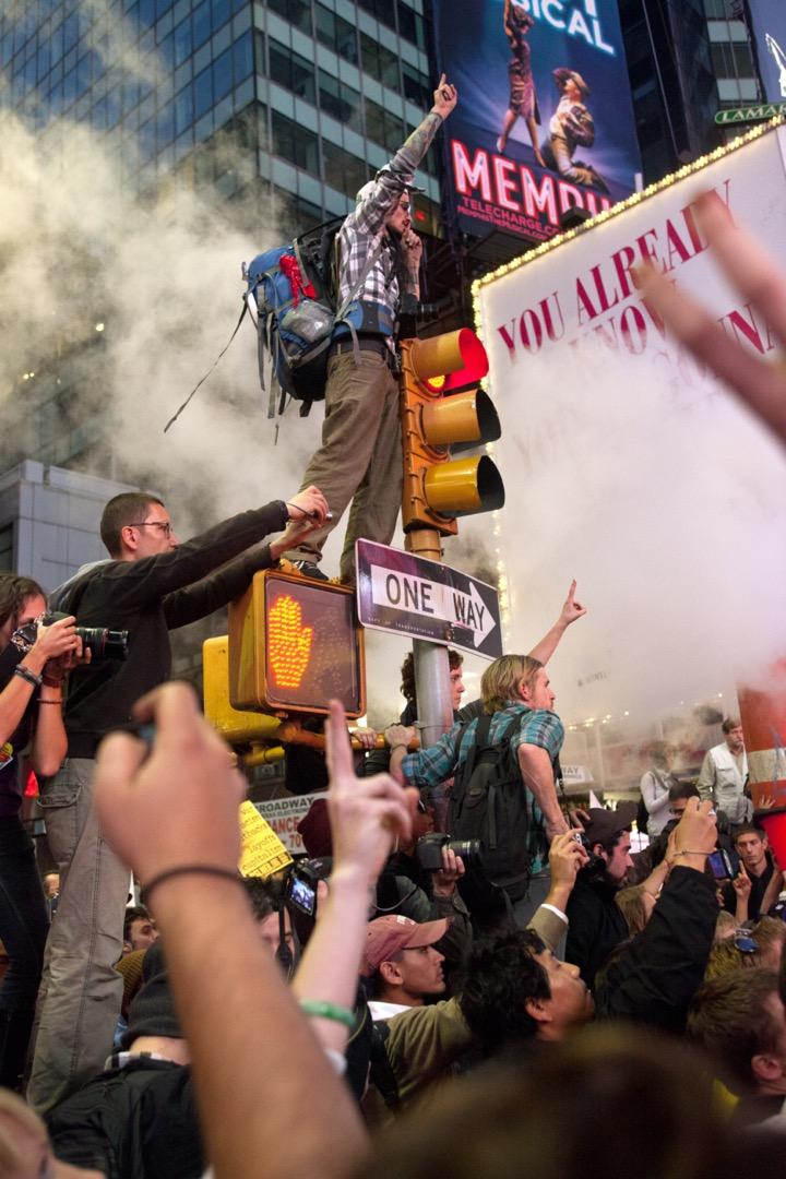 2011年10月15日,美國紐約,民眾到紐約市中心時代廣場參與「佔領華爾街」運動,反對大公司影響美國政治,以及金錢和公司對民主、在全球經濟危機中對法律和政治的負面影響。