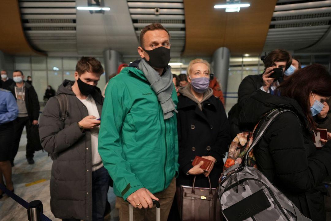 2021年1月17日,莫斯科謝列梅捷沃機場,俄反對派領袖納瓦爾尼(Alexei Navalny)和妻子尤利婭·納瓦爾納亞(Yulia Navalnaya)在護照檢查處排隊。 攝:Mstyslav Chernov/AP Photo