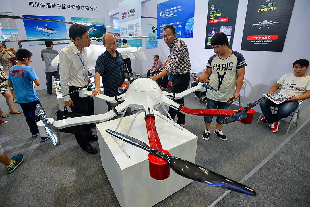2015年9月17日四川綿陽,人們在觀看在國際高科技商展的無人飛行器。