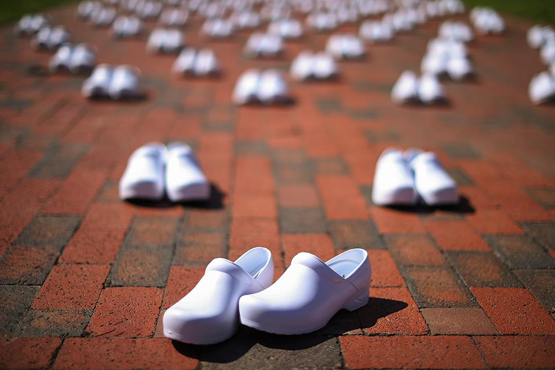 2020年5月7日華盛頓,白宮外展示88對鞋,代表死於2019冠狀病毒的護士。