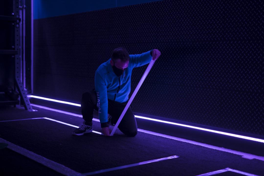 2020年7月25日,英國首都倫敦,疫情稍有回落後,健身室預備重開,員工在地上貼上社交距離指引標示。