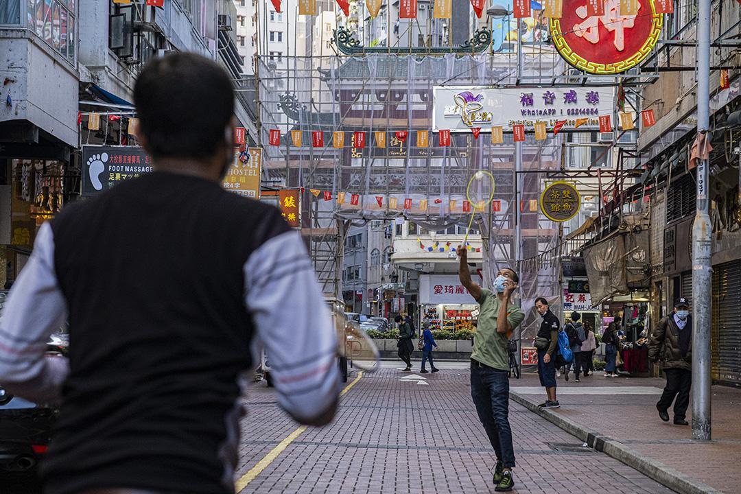 2021年1月21日廟街,南亞裔青年戴著口罩在街頭打羽毛球。