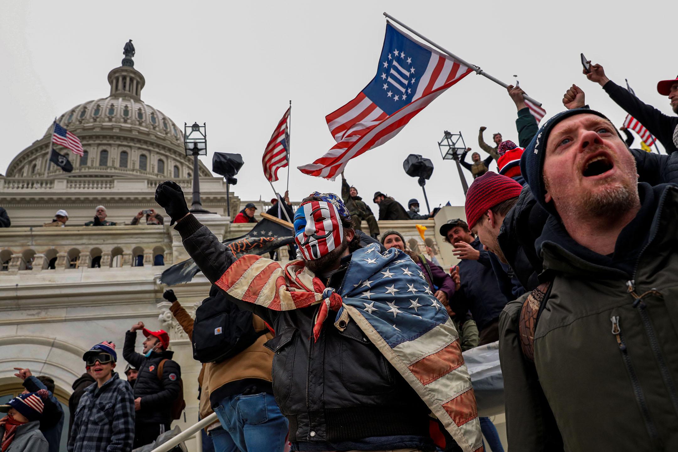 2020年1月6日華盛頓,親特朗普的抗議者與國會大廈警察發生衝突。 攝:Shannon Stapleton/Reuters/達志影像