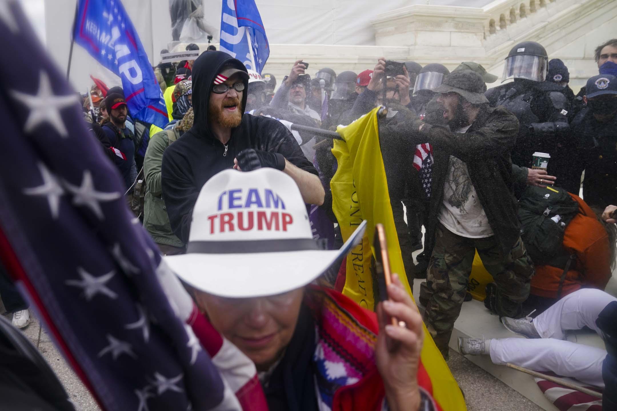 2021年1月6日,華盛頓國會大樓外的特朗普支持者試圖突破警察的障礙。