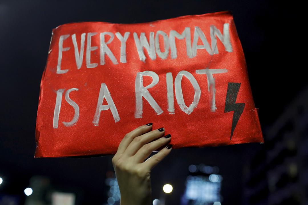 2021年1月27日在波蘭首都華沙,數以千計示威者舉行反對「近乎全禁墮胎法例」的集會,有人舉起標語。 攝:Kacper Pempel / Reuters