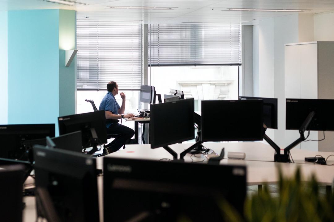 2020年6月24日,英國首都倫敦,疫情稍有回落後,辦公室預備重開,有員工在辦公室內因應社交距離指引作出調整。
