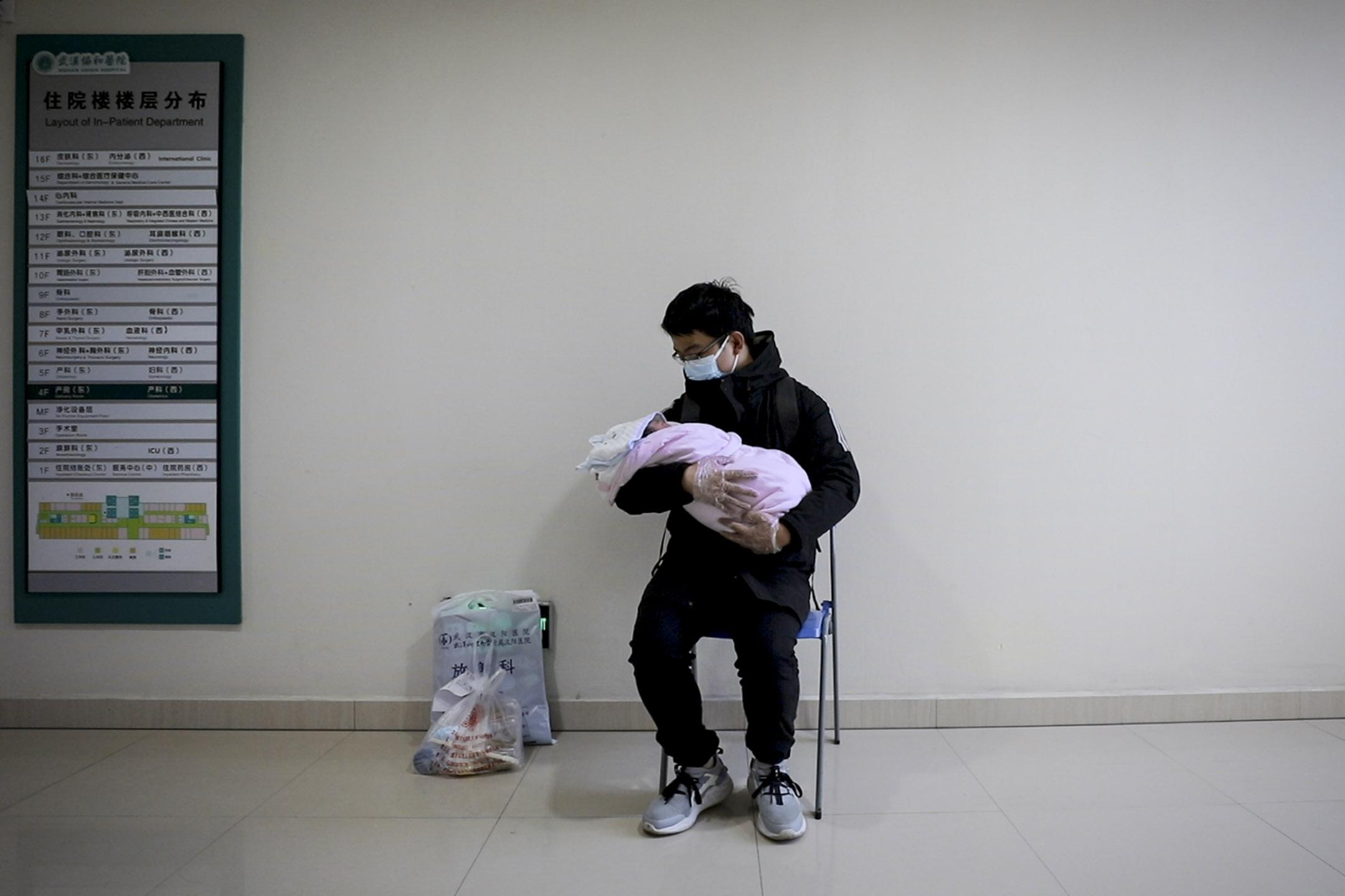 新父親在醫院第一次抱著他剛出生的孩子。 圖:76 Days LLC
