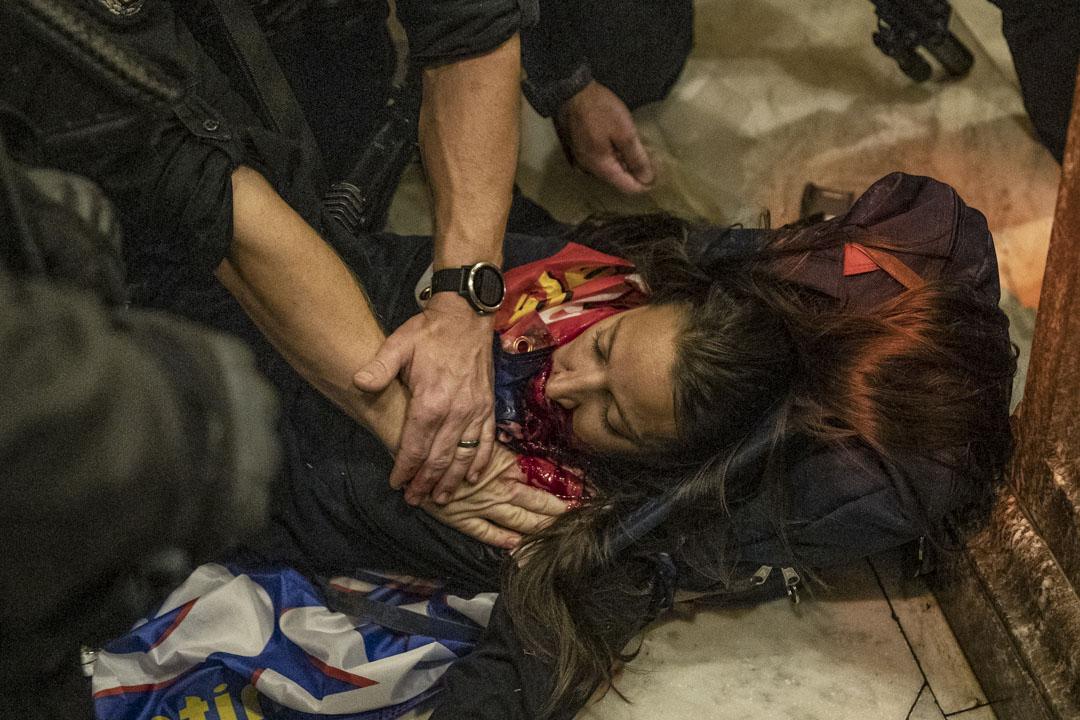 2021年1月6日,美國國會爆發示威,示威者闖進國會大樓,有示威者中槍倒地。