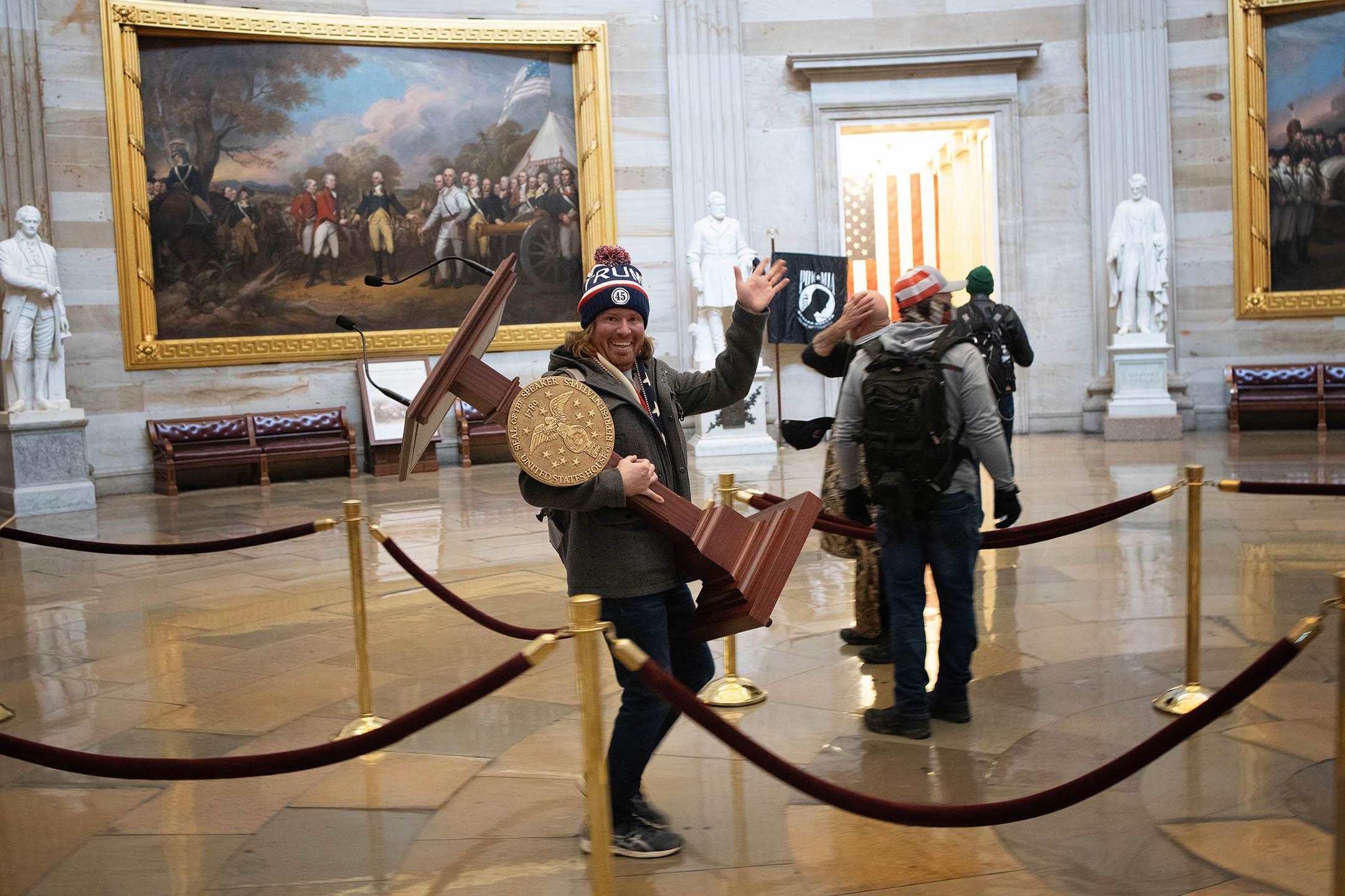 2021年1月6日華盛頓,一名親特朗普抗議者在美國國會大廈內搬走講台。
