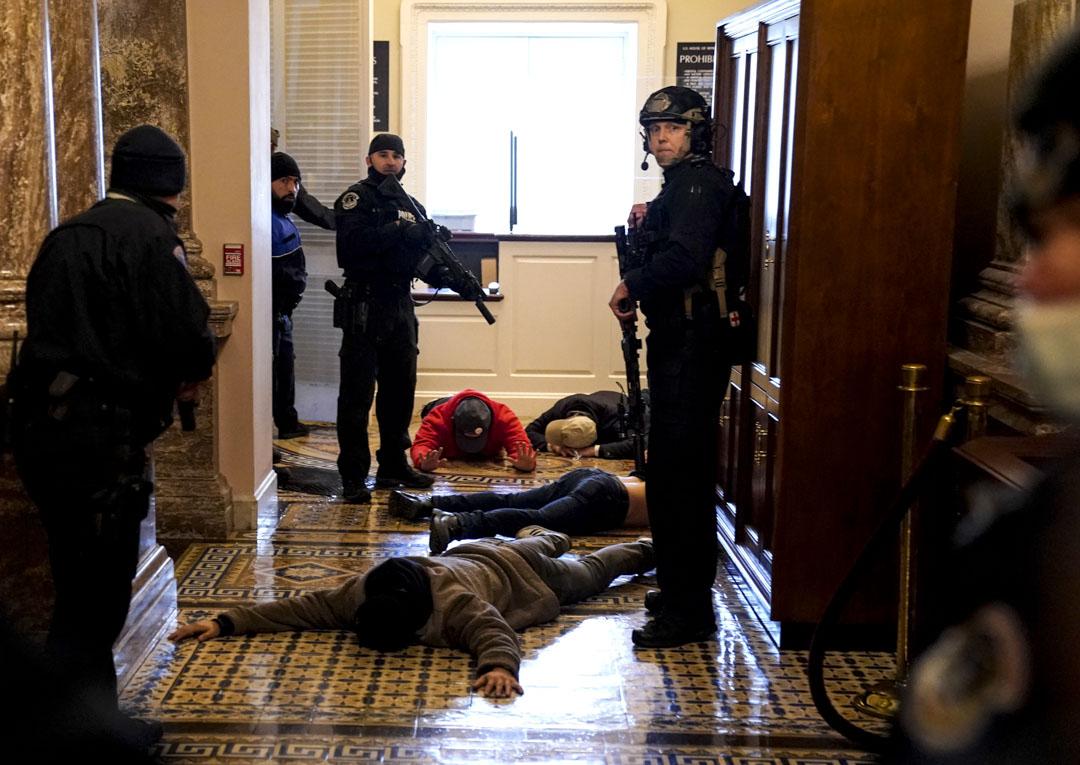 2021年1月6日,美國國會,眾議院會議廳外,國會警察制服數名示威者。