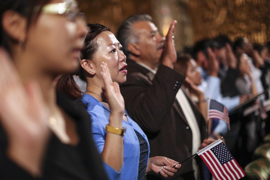 一位來自中國的移民進行入籍美國的歸化儀式。
