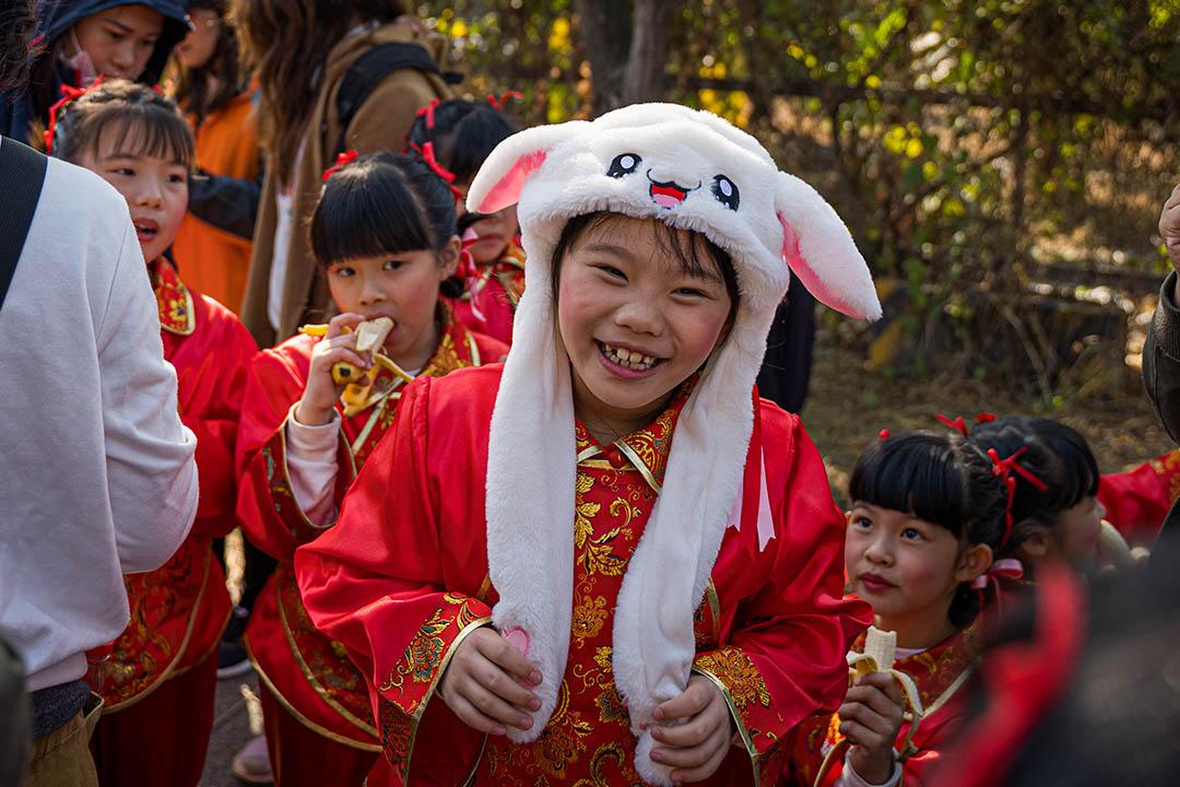 參與儀式的當地孩童,戴了一頂白色的玩偶帽。