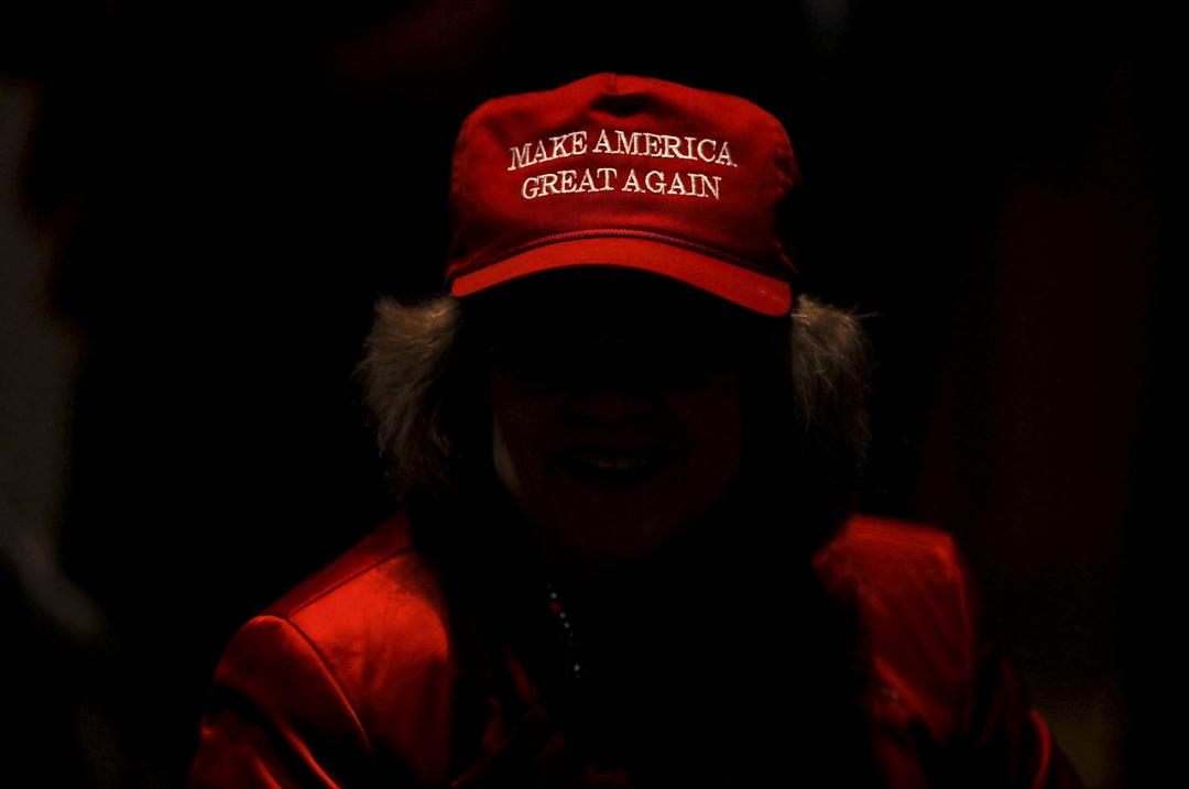 一名戴上「讓美國再次強大」帽子的女士參與一個特朗普造勢集會。