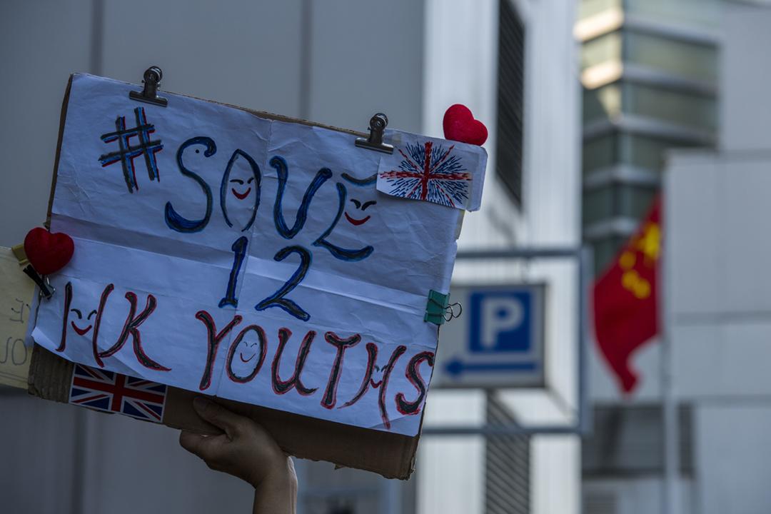 2020年12月28日在香港,有示威者舉行標語,要求中國當局釋放12名港人。 攝:Vernon Yuen / NurPhoto via Getty Images