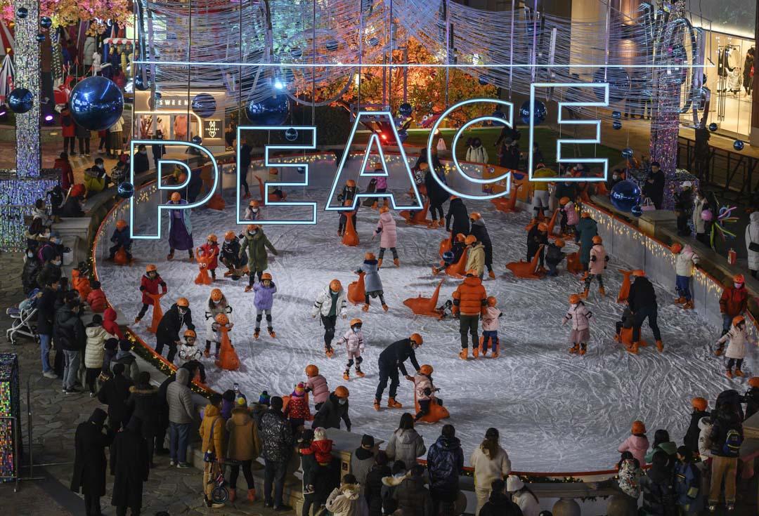 2020年12月20日,北京市民在一個繁忙的室外滑冰場滑冰。