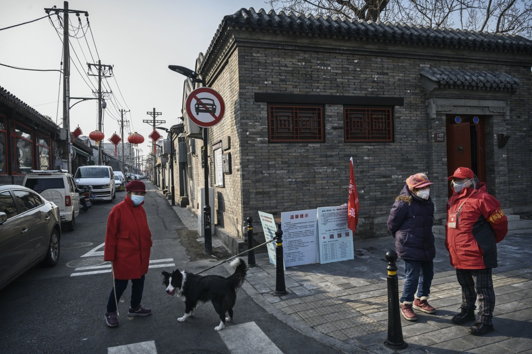 2020年2月,北京,居委會成員在胡同入口控制出入人流,防止新冠病毒在區內傳播。