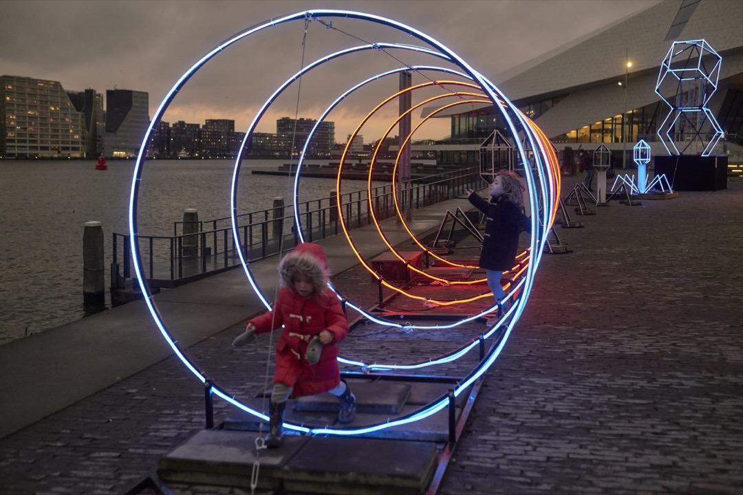 2020年阿姆斯特丹城市燈光藝術節,兩位小孩在展品上玩耍。