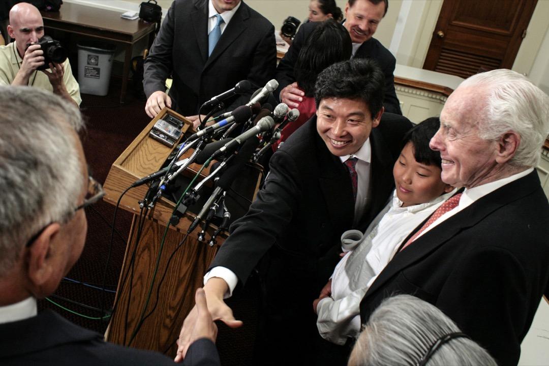 2007年8月21日,美國首都華盛頓特區,移民美國的中國民運人士楊建利(中)與美國眾議院見面握手。