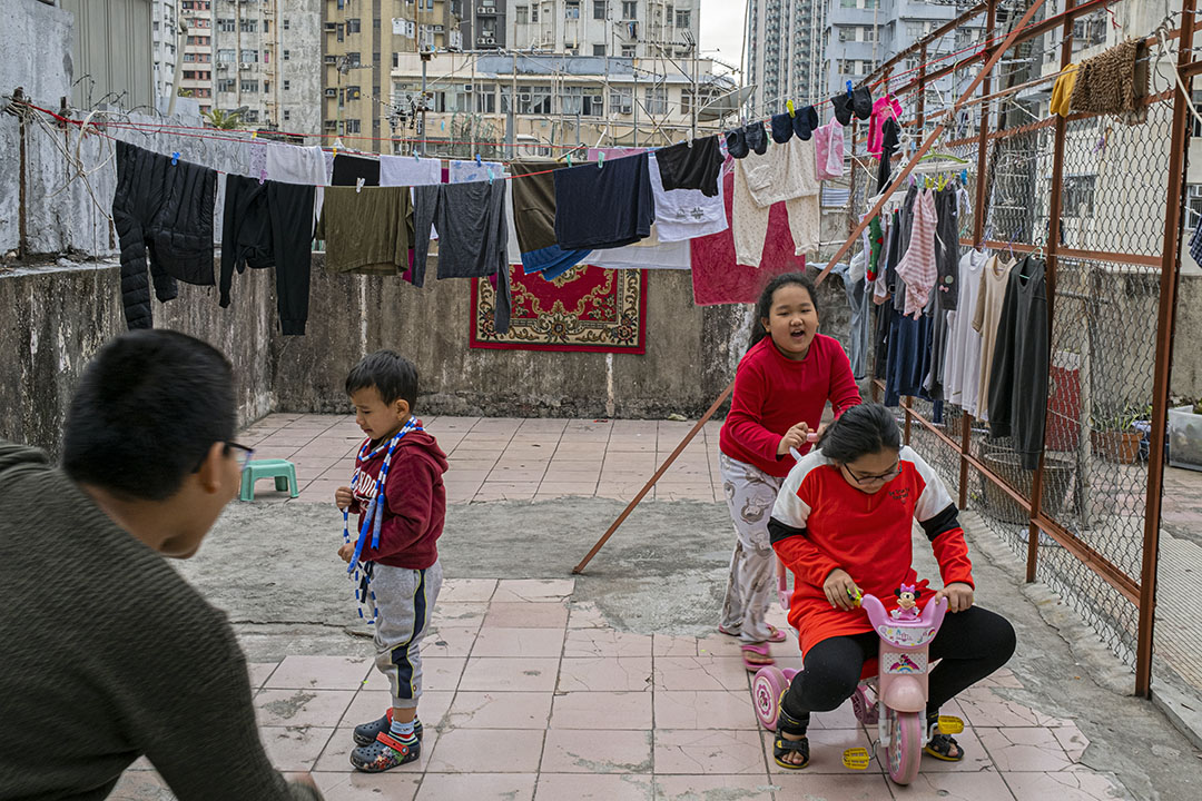 2021年1月19日油麻地,小孩在家的天台上玩耍。
