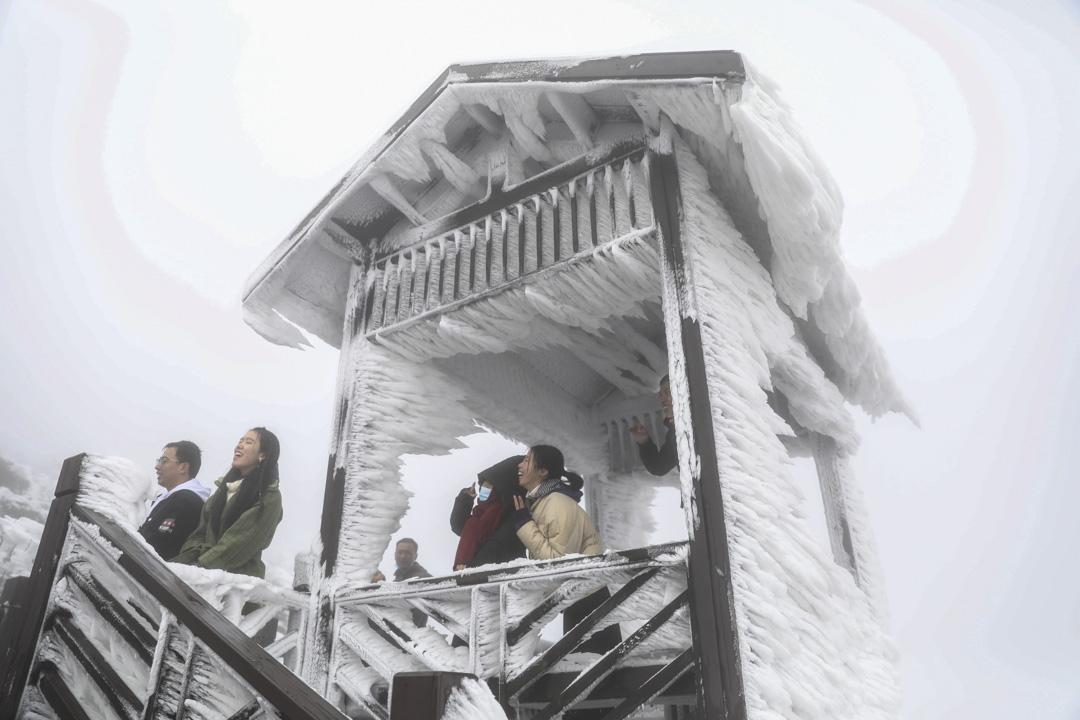 2020年12月5日,湖南永州市的遊客在風雪中遊覽。