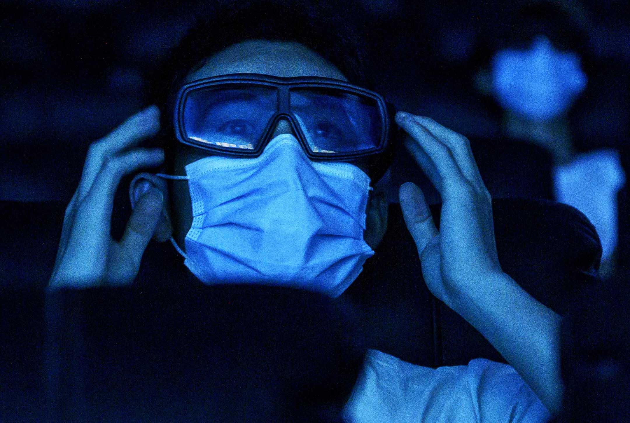 2020年7月24日,北京一名男子戴著3D眼鏡在影院看電影。 攝:Kevin Frayer/Getty Images