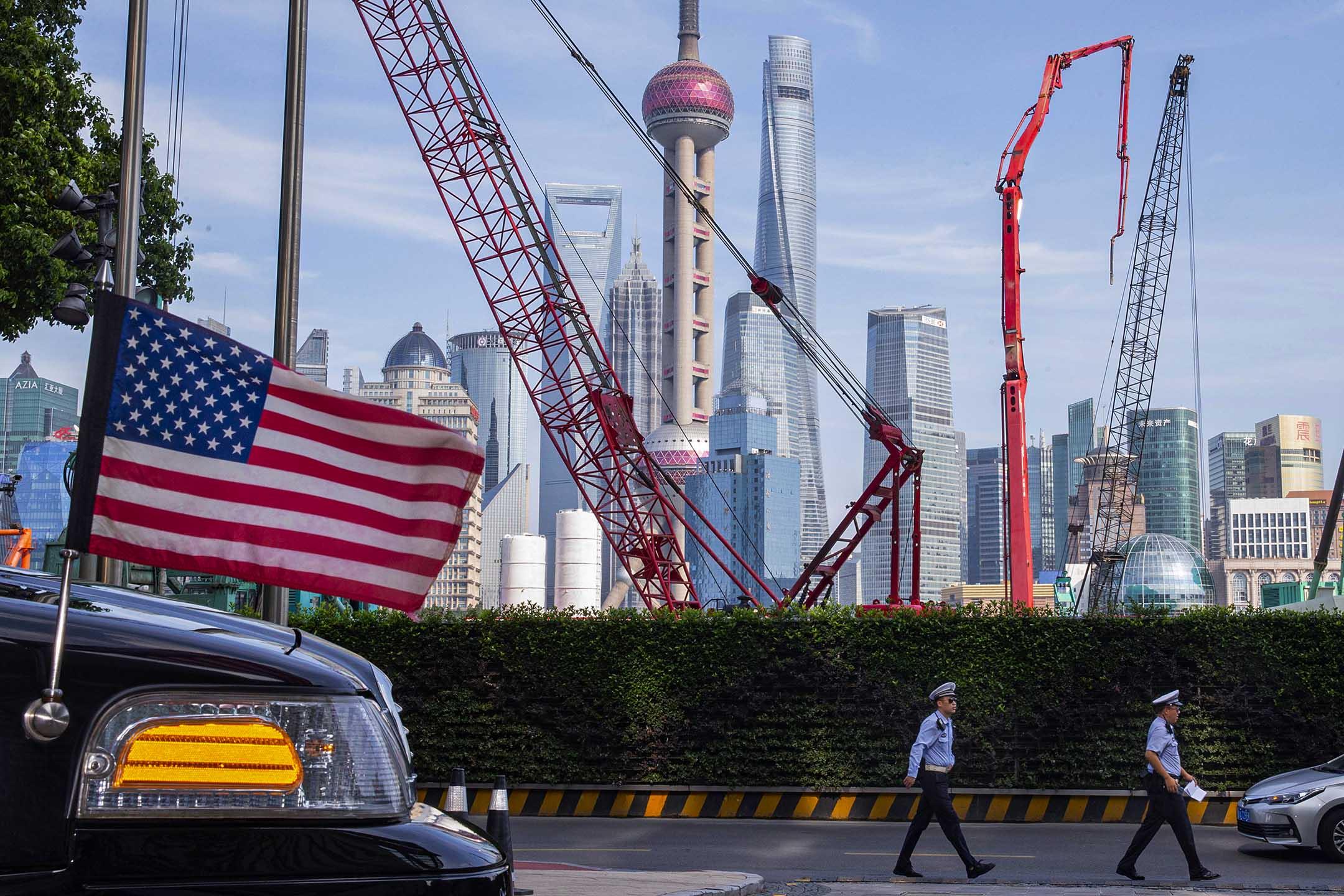 2019年7月30日上海,中國交警在飯店外,中美兩邊的官員正在會晤。 攝:Ng Han Guan/AP/達志影像