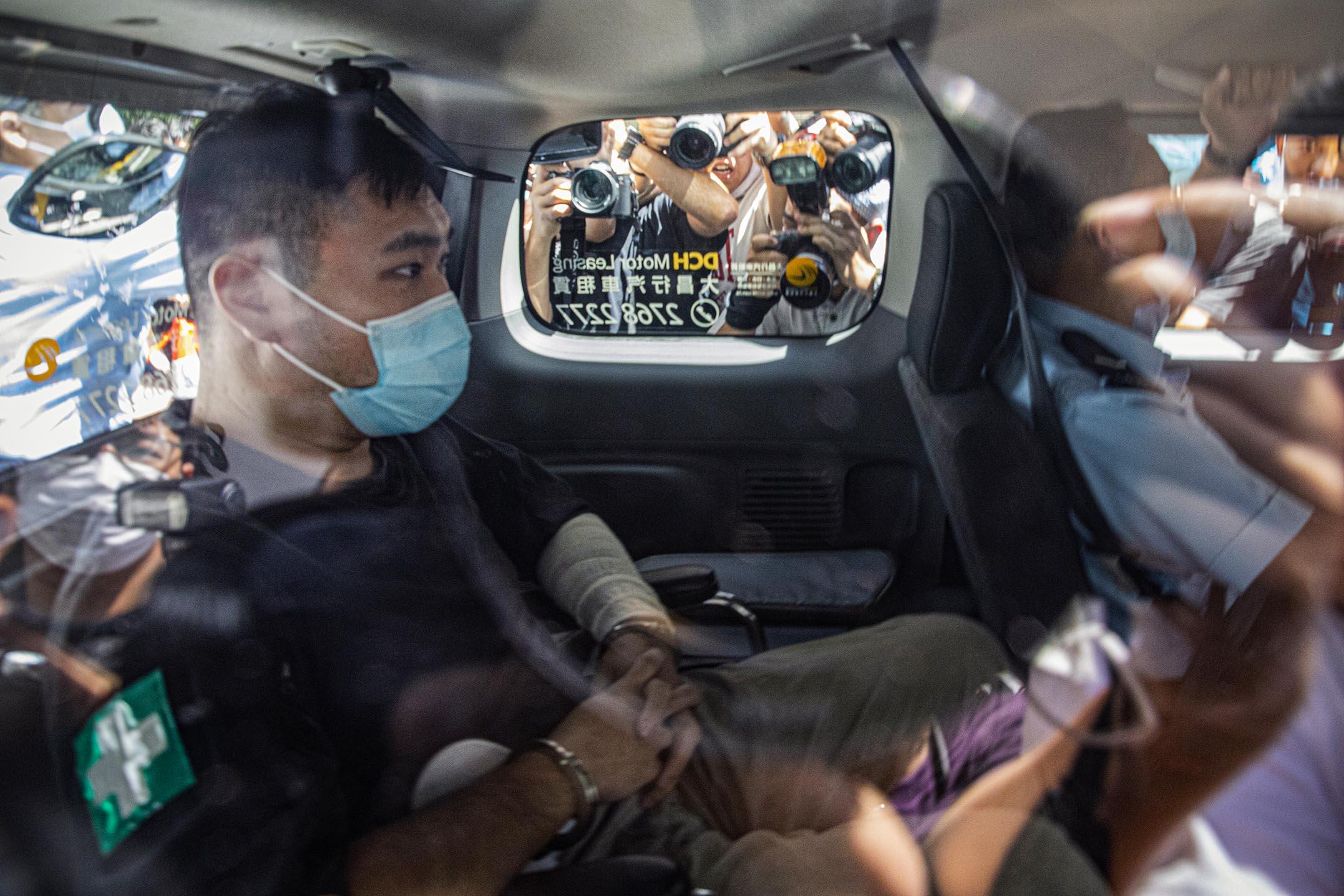 2020年7月6日西九龍裁判法院,唐英傑被指駕駛電單車撞向 3 名警務人員,被控「煽動他人分裂國家罪」及「恐怖活動罪」。 攝:陳焯煇/端傳媒
