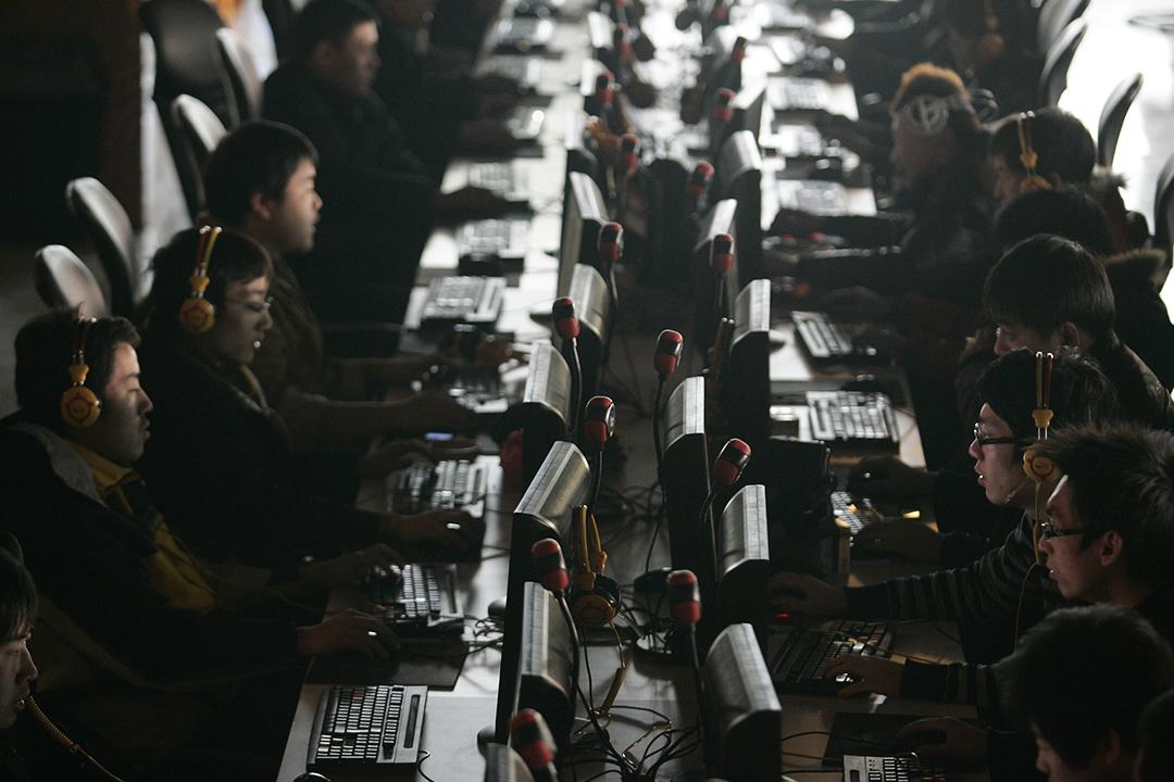 2010年1月25日山西省太原市,客戶在一家網吧使用電腦。