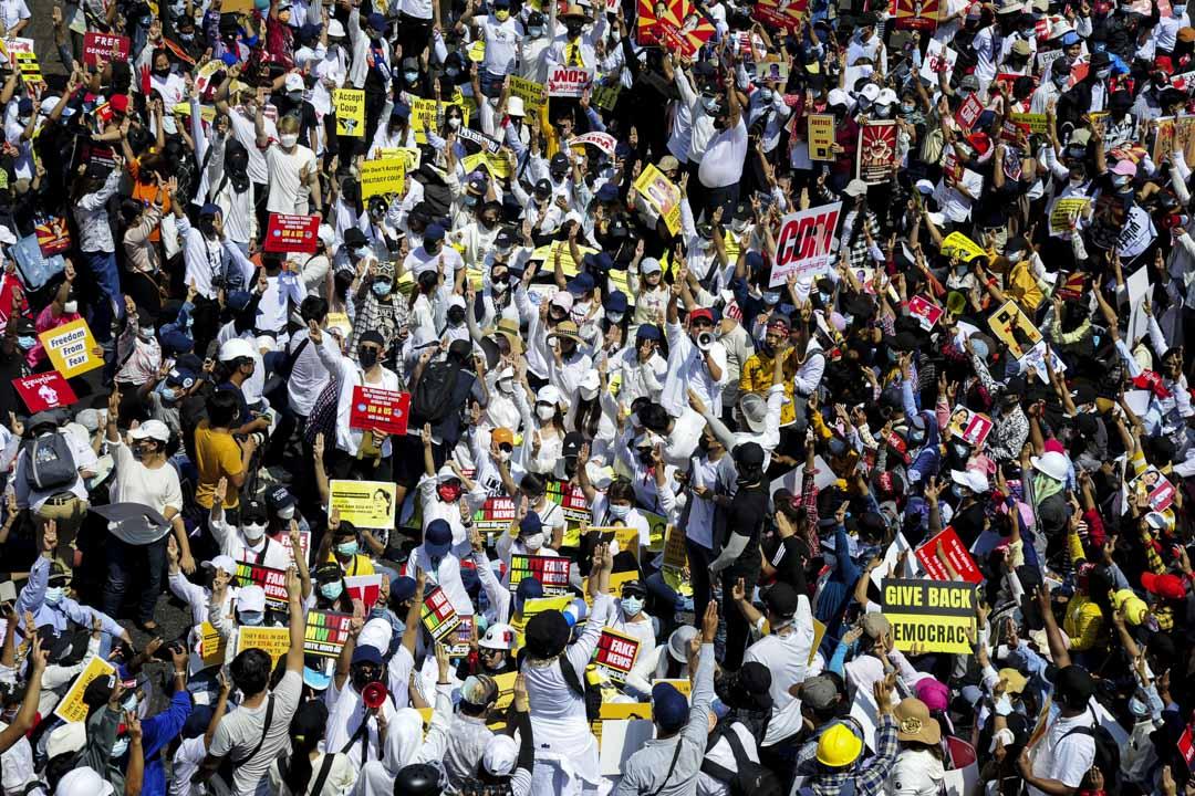2021年2月17日,緬甸仰光的示威者聚集在Sule塔附近抗議軍事政變。