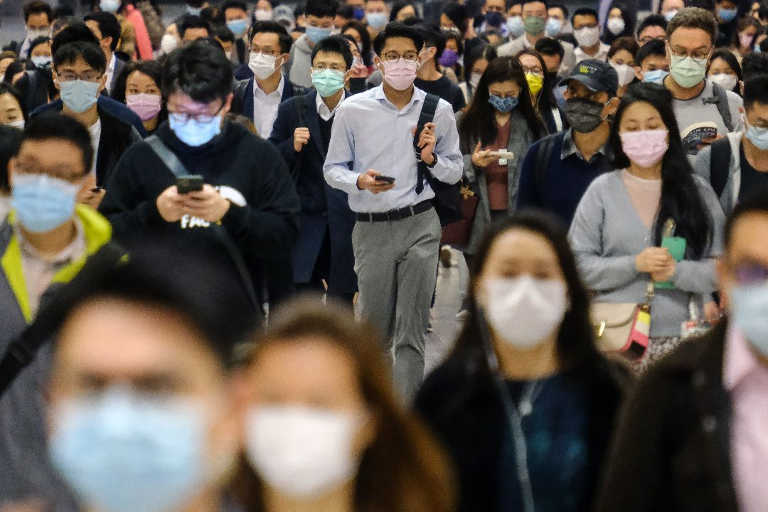 2021年2月18日,香港,港鐵中環站乘客戴口罩出行。 攝:Roy Liu/Getty Images