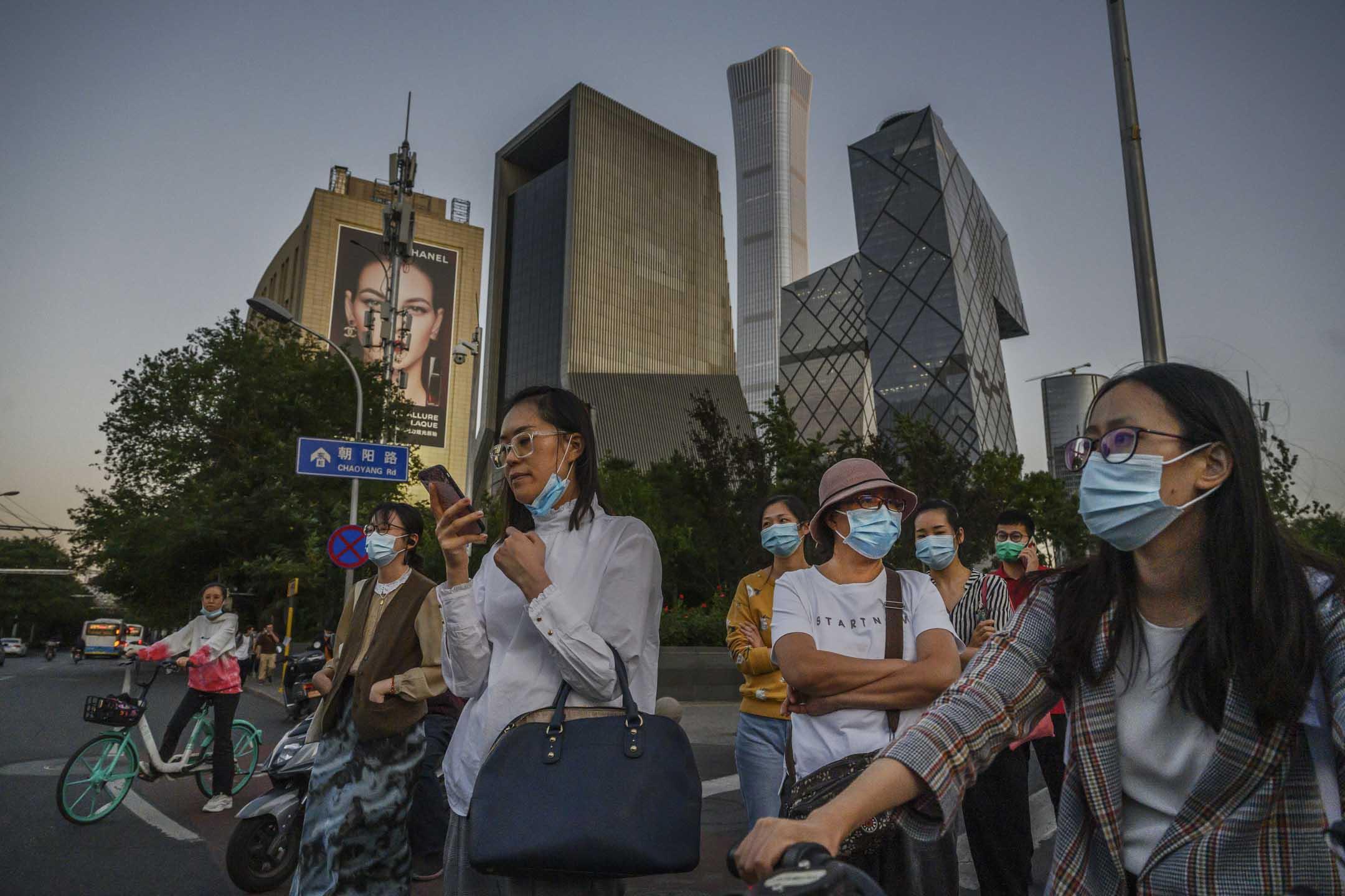 2020年9月16日,北京一群市民等待交通信號燈過馬路。