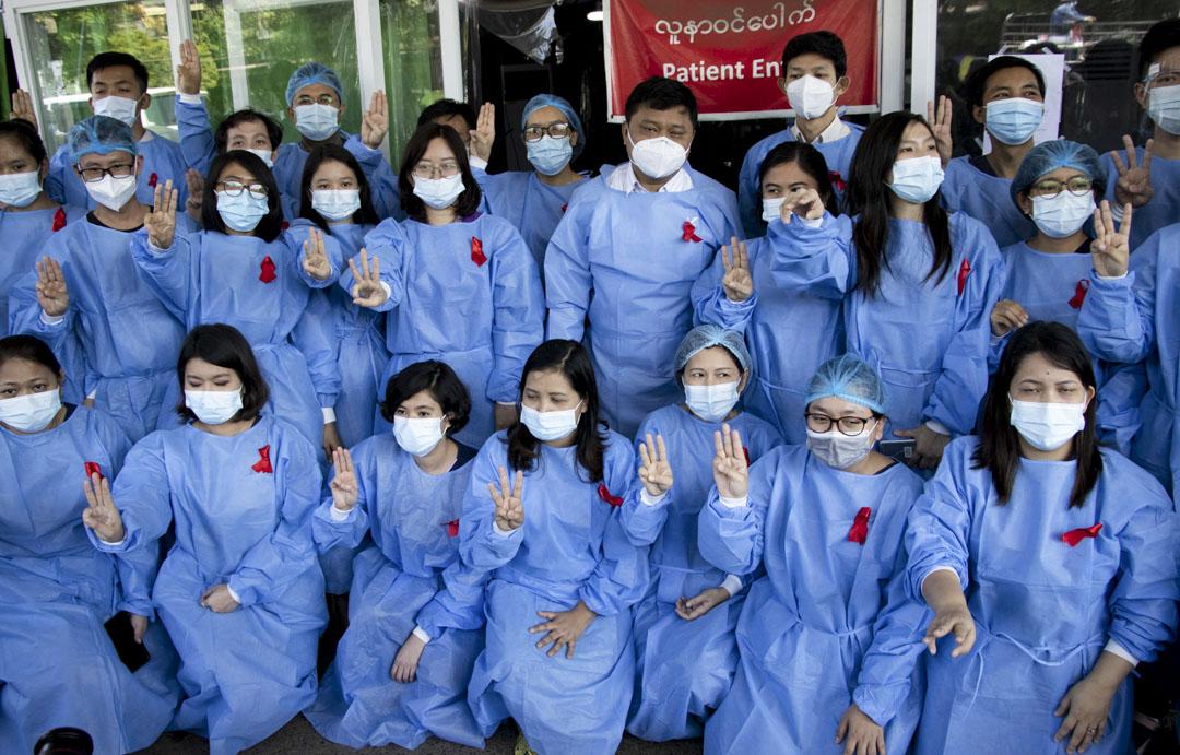 2021年2月3日,緬甸30個城鎮、70家醫療院所的醫護人員宣布展開罷工,抗議軍方發動政變奪權。