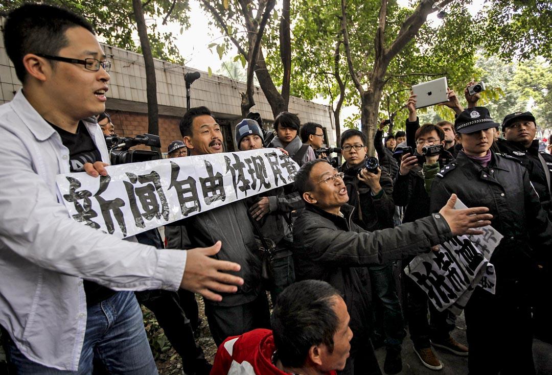 2013年1月9日,《南方周末》的支持者在廣州報社總部外的抗議官方打壓言論。