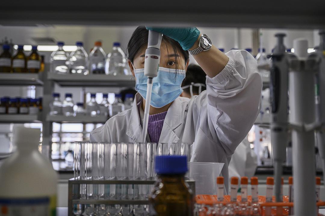 2020年9月24日北京,一名技術員在科興生物的實驗室工作。