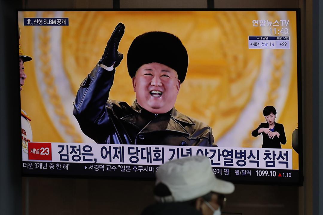 2021年1月15日在南韓首爾,電視正播放有關北韓閱兵儀式的消息。 攝:Lee Jin-man / AP